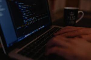Dłonie piszące na klawiaturze laptopa. Deklaracja dostępności.